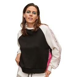 Sudadera Lola Casademunt negra combinada mangas blancas franja logotipada cremallera lateral fucsia