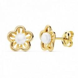Pendientes oro 18k niña 8mm. detalle flor centro perla 3mm. bandas lisas calada cierre presión
